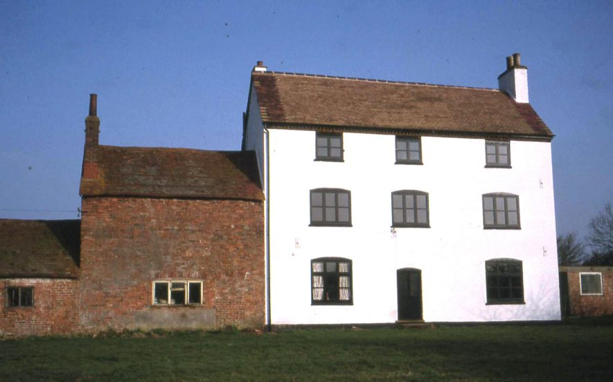 3-storey Hill Farm painted white and red brick outbuilding, Frankton Lane, Stretton on Dunsmore, 2005 | Anne Langley