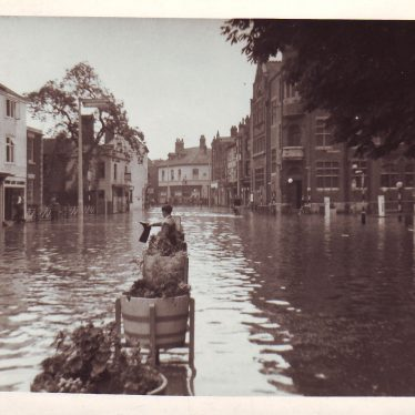 Flood in Bond Gate, former Conservative Club on right. | Nuneaton Memories