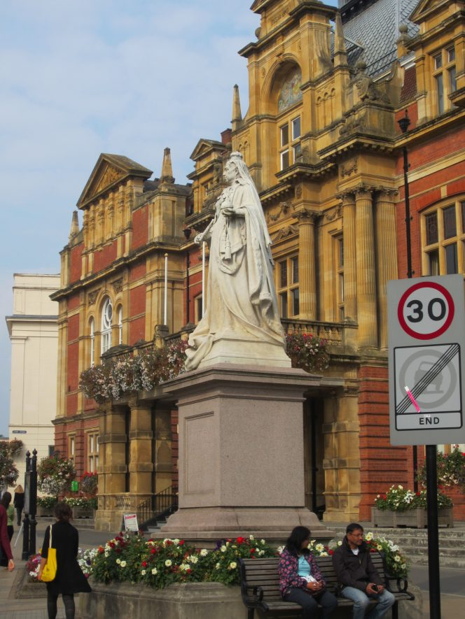 White statue standing on plinth outside Leamington Town Hall in 2014 | Anne Langley