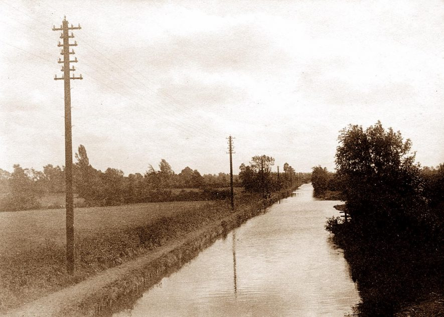 Looking sourth from Kixley Bridge, with the remains of the winding hole, where boats could turn round, on the right. | Photo courtesy of Piers Milne,  from Knowle Local History Society Image Library.  Digital Imaging by Geoffrey Dean.