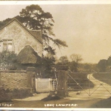 2-storey cottage with thatched porch beside wicket pedestrian gate and cast-iron gate to winding drive | Post 1907 postcard, photographer unknown, courtesy of Mr & Mrs Shaw