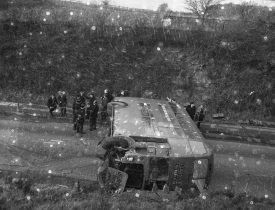 Photograph of overturned Leicester via Nuneaton bus. | Warwickshire County Record Office reference PH 882/12/158
