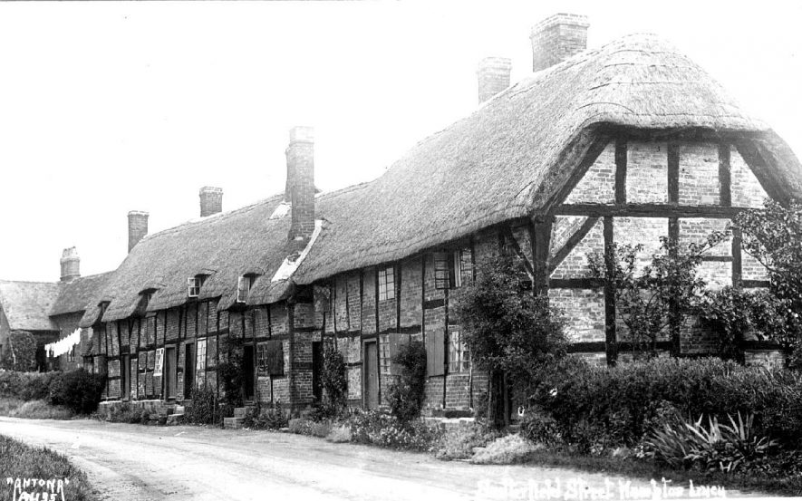 Thatched cottages in Snitterfield Road, Hampton Lucy.  1930s |  IMAGE LOCATION: (Warwickshire County Record Office)