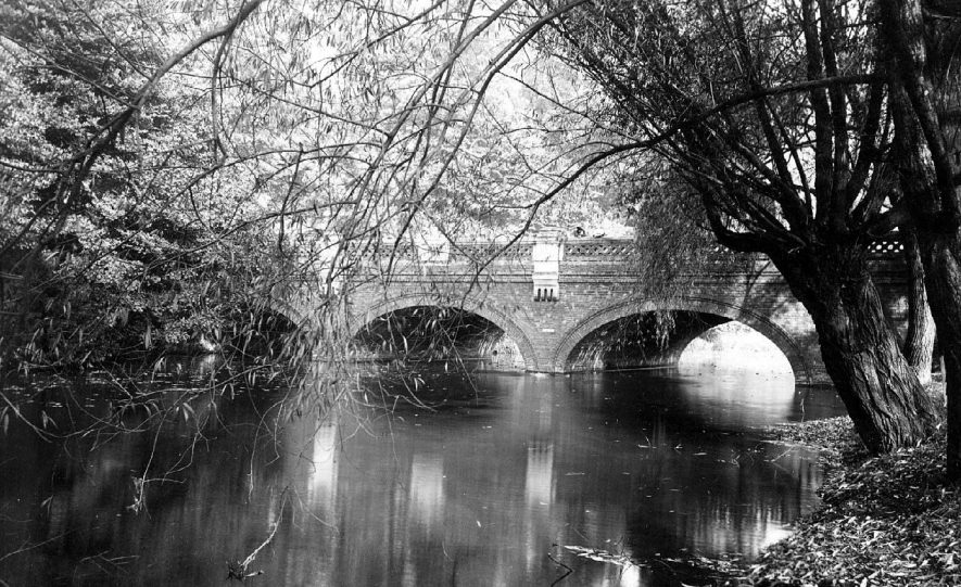 Willes Bridge over River Leam.  1900s |  IMAGE LOCATION: (Warwickshire County Record Office)