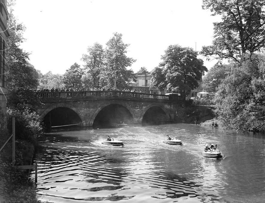Motor boats on River Leam with Victoria Terrace Bridge in background.  May 15th 1948 |  IMAGE LOCATION: (Warwickshire County Record Office)