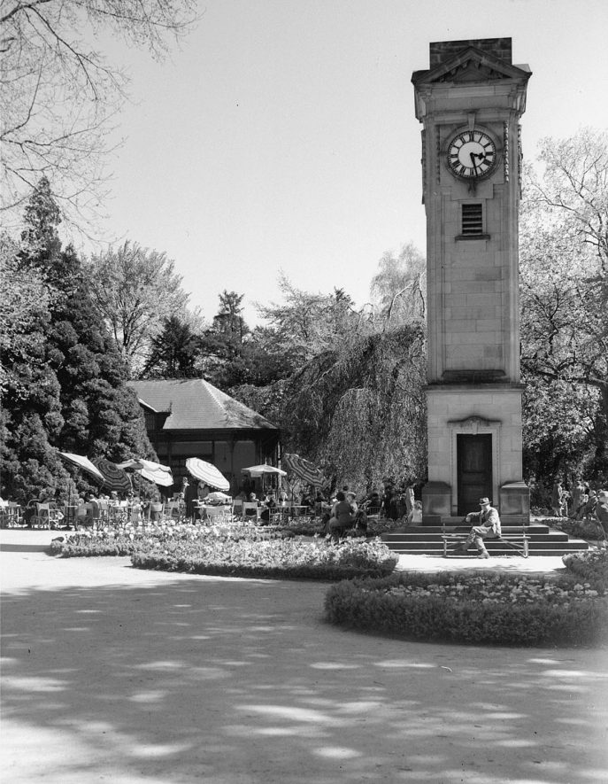 Jephsons Gardens, tea gardens and memorial clock.  1950s |  IMAGE LOCATION: (Warwickshire County Record Office)