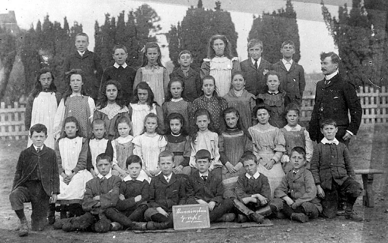 Hunningham school class photograph.  1900s |  IMAGE LOCATION: (Warwickshire County Record Office)