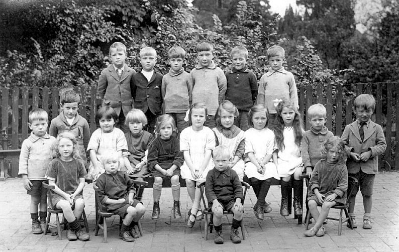 Infants' School class group photograph, Temple Grafton.  1926 |  IMAGE LOCATION: (Warwickshire County Record Office)