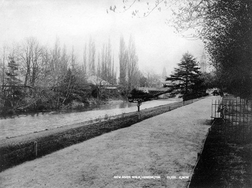 New River Walk, showing river and road bridge, Leamington Spa.  1900s    IMAGE LOCATION: (Warwickshire County Record Office)