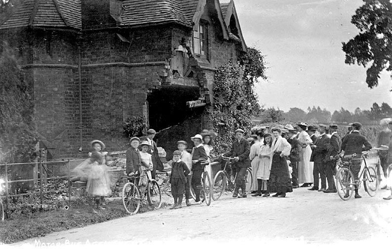 Group of people viewing damage to a cottage at Chesford Bridge, Kenilworth,  following a motor bus accident on August 3rd 1908. |  IMAGE LOCATION: (Warwickshire County Record Office)