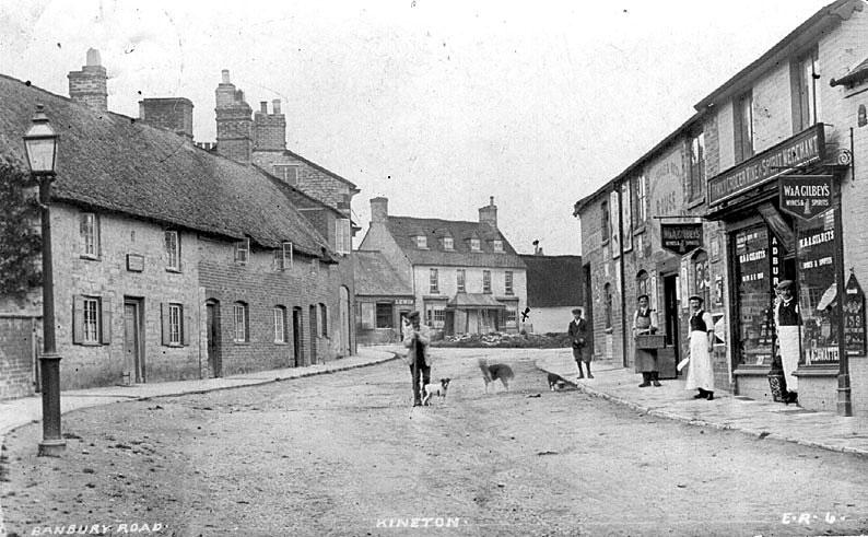 Scene in Banbury Street, Kineton.  1910s    IMAGE LOCATION: (Warwickshire County Record Office)