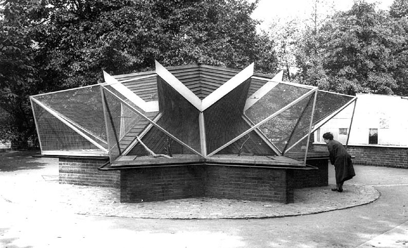 The Aviary in Riversley Park, Nuneaton.  1960s |  IMAGE LOCATION: (Warwickshire County Record Office)