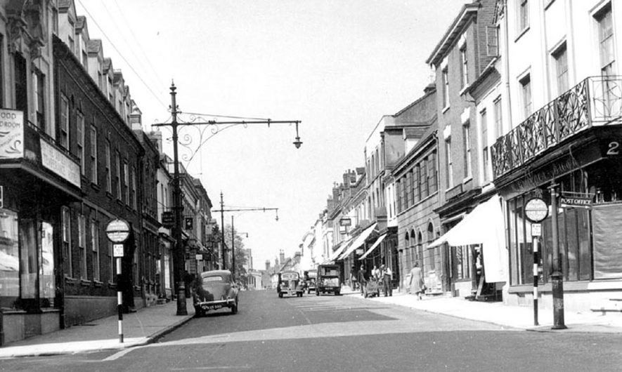 Warwick High Street.  1950s |  IMAGE LOCATION: (Warwickshire County Record Office)