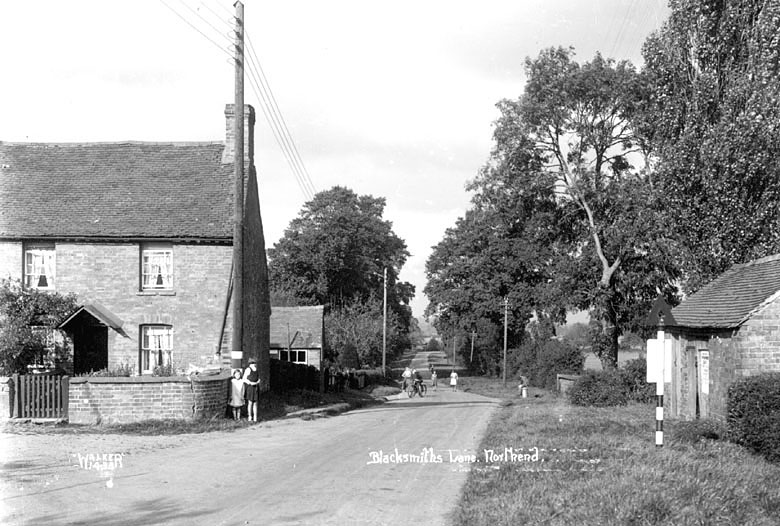Blacksmith's Lane, Northend. Cottages, children and bicycle.  1930s |  IMAGE LOCATION: (Warwickshire County Record Office)