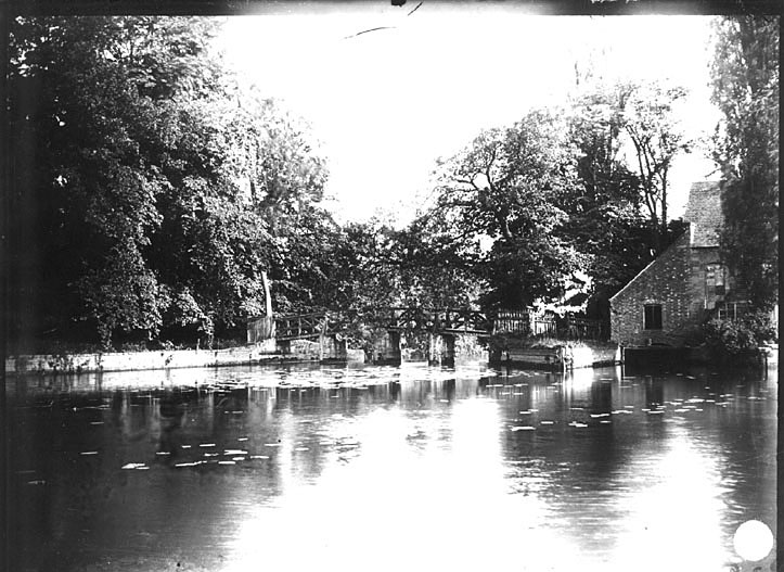 River and footbridge at Guy's Cliffe, Warwick.  1920s |  IMAGE LOCATION: (Warwickshire County Record Office)