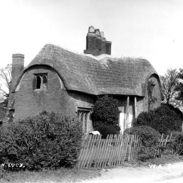 Hampton Lucy.  Thatched cottage