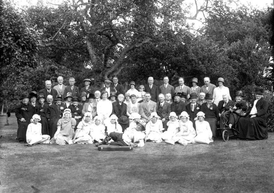 Large group of men, women and children with Sam Bennett, The Ilmington Fiddler. Ilmington.  1900s |  PEOPLE IN PHOTO: Bennett, Sam, Bennett as a surname