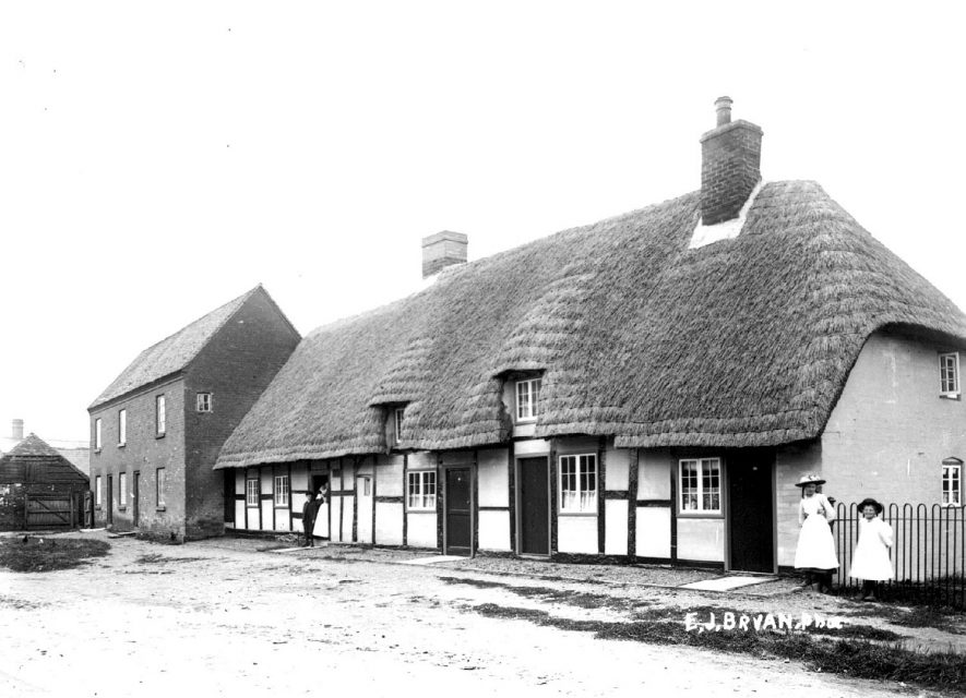 Thatched cottages, Lower Quinton.  1900s |  IMAGE LOCATION: (Warwickshire County Record Office)