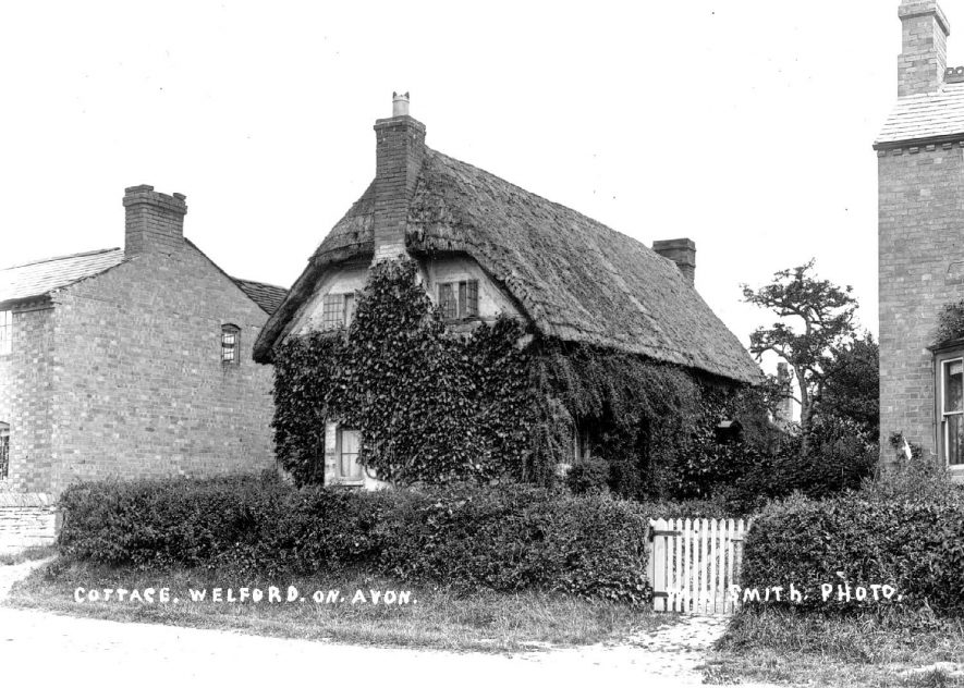 Old thatched cottage in Welford on Avon.  1900s |  IMAGE LOCATION: (Warwickshire County Record Office)