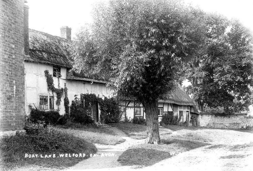 Old timber framed, thatched cottages in Boat Lane, Welford on Avon.  1900s |  IMAGE LOCATION: (Warwickshire County Record Office)