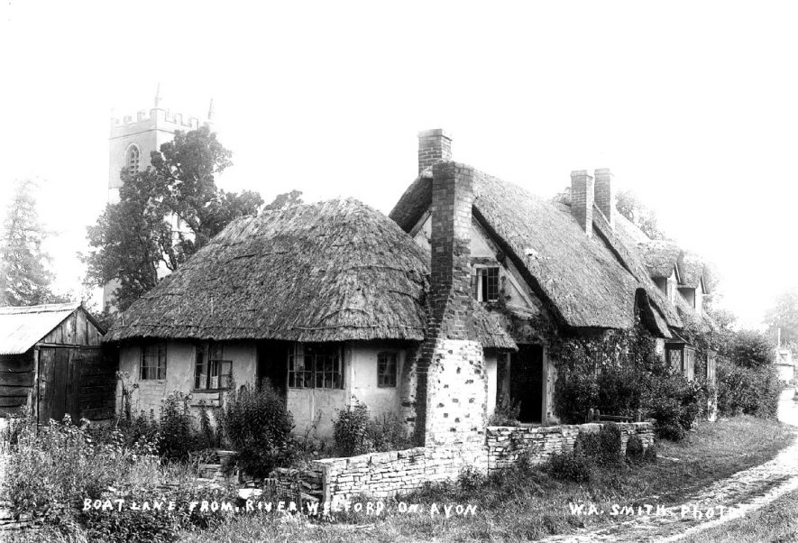 View of cottages in Boat Lane at Welford on Avon.  1900s |  IMAGE LOCATION: (Warwickshire County Record Office)