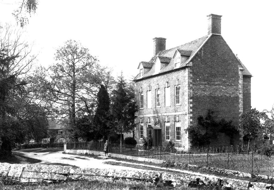 Large house in Welford on Avon.  1900s |  IMAGE LOCATION: (Warwickshire County Record Office)