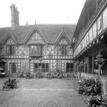 Warwick.  Lord Leycester Hospital, Courtyard