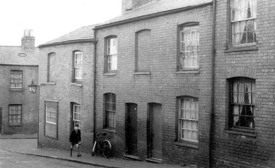 Row of houses, boy and bicycle, Parkes Street, Warwick.  1950s |  IMAGE LOCATION: (Warwickshire County Record Office)