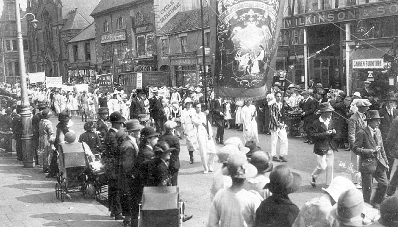 Procession of Nuneaton Congregational church.  1920s |  IMAGE LOCATION: (Warwickshire County Record Office)