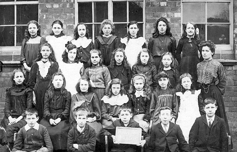 Group photograph of pupils with female teacher, Nuneaton.   1900s |  IMAGE LOCATION: (Warwickshire County Record Office)