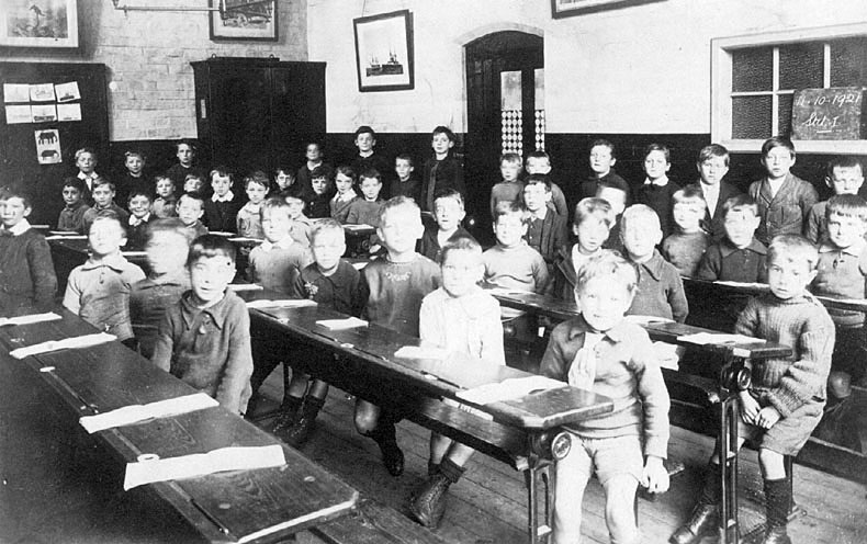 Schoolchildren sitting at their desks at a school in Nuneaton.  October 1921 |  IMAGE LOCATION: (Warwickshire County Record Office)