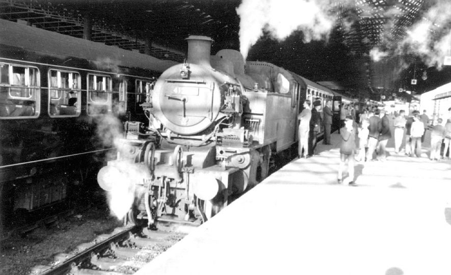 The last passenger train about to leave Rugby (Midland) Station for Leamington on June 13th 1959.    IMAGE LOCATION: (Warwickshire County Record Office)