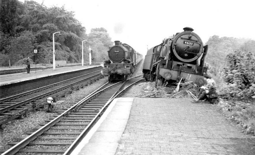 Paddington express passing a derailed locomotive at Warwick station.  1962 |  IMAGE LOCATION: (Warwickshire County Record Office)