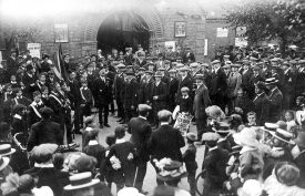 Recruits outside The Royal Warwickshire Regimental Offices in Rugby.  September 5th 1914 |  IMAGE LOCATION: (Warwickshire County Record Office)