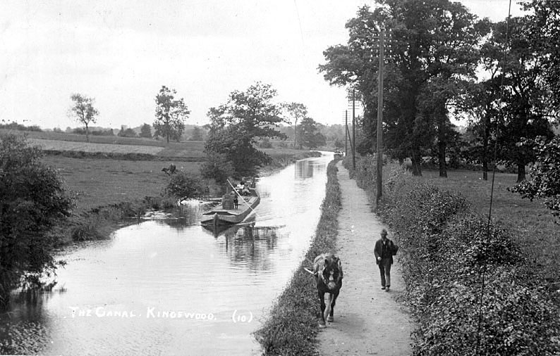Horse drawn barge on the Grand Union Canal at Kingswood.  1920s |  IMAGE LOCATION: (Warwickshire County Record Office)