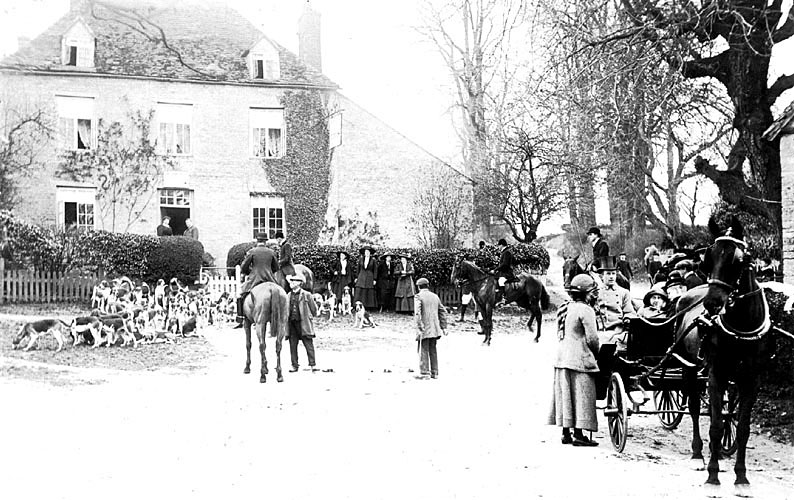 A meet of the Warwickshire Hunt outside