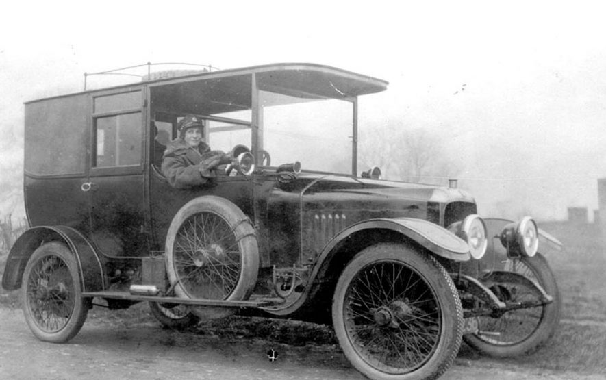Lady at the wheel of a motor car in Moreton Morrell.  1910s    IMAGE LOCATION: (Warwickshire County Record Office)