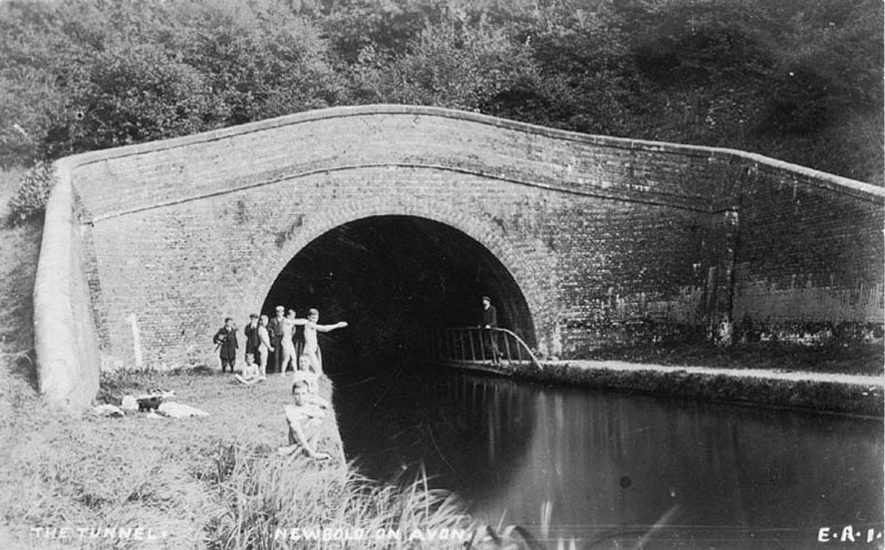 Entrance to the Newbold Tunnel on the Oxford canal, with a group of children about to swim in the water.  1900s |  IMAGE LOCATION: (Warwickshire County Record Office)
