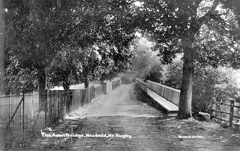 The road over the River Avon at Newbold, with an elevated pedestrian walkway alongside.  1910s    IMAGE LOCATION: (Warwickshire County Record Office)