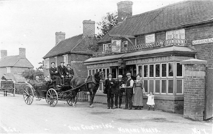 A horse and carriage outside The Four Counties In at No Mans Heath.  1913 |  IMAGE LOCATION: (Warwickshire County Record Office)