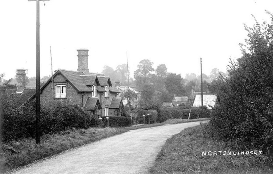 Cottages in Norton Lindsey.  1910s |  IMAGE LOCATION: (Warwickshire County Record Office)
