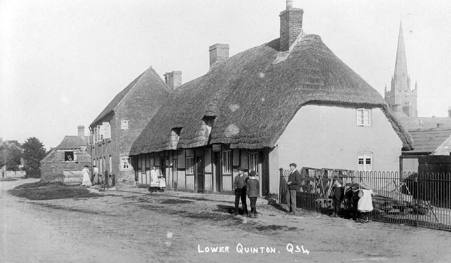 Cottages in Lower Quinton.  1910s    IMAGE LOCATION: (Warwickshire County Record Office)