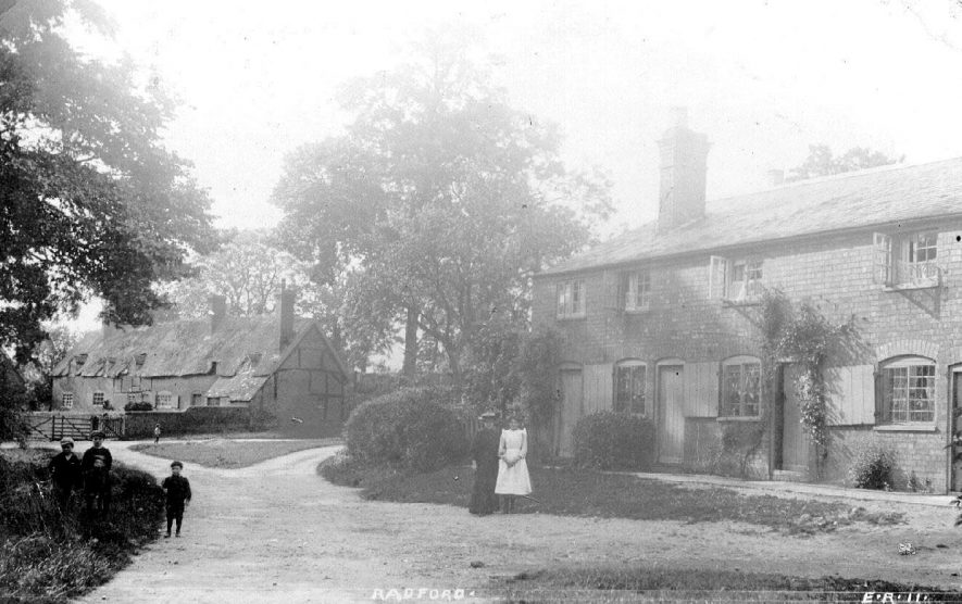 Part of village showing cottages, some thatched, and children, Radford Semele.  1900s    IMAGE LOCATION: (Warwickshire County Record Office)