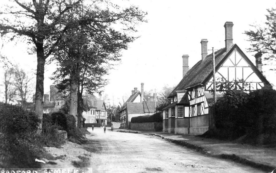 Cottages and The White Lion Inn, Radford Semele.  1900s |  IMAGE LOCATION: (Warwickshire County Record Office)