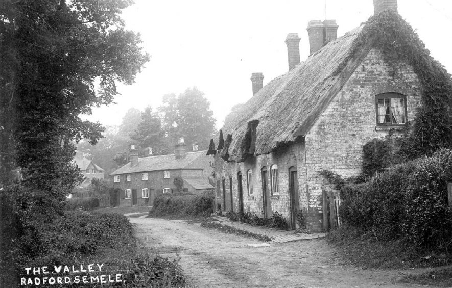 Cottages in The Valley, Radford Semele.  1910s |  IMAGE LOCATION: (Warwickshire County Record Office)