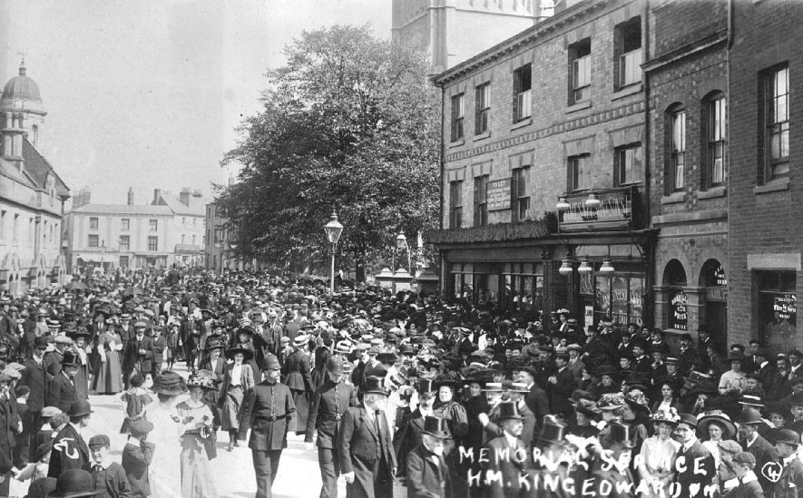 Memorial Service.  HM King Edward VII.  Crowds gathered in Church Street.  1920s |  IMAGE LOCATION: (Warwickshire County Record Office)