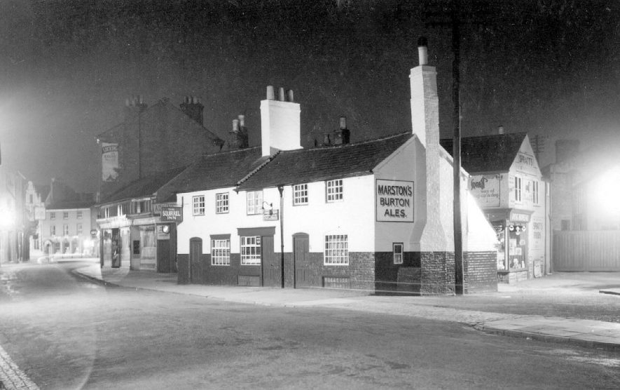 The Squirrel Inn, Rugby at night.  1950s |  IMAGE LOCATION: (Warwickshire County Record Office)