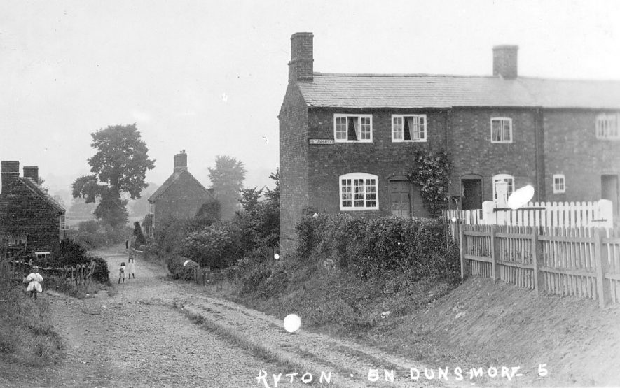 End of Church Road leading from the village down to the River Avon with cottages and children, Ryton on Dunsmore.  1900s [This became known as Bottom End in the 1940's] |  IMAGE LOCATION: (Warwickshire County Record Office)
