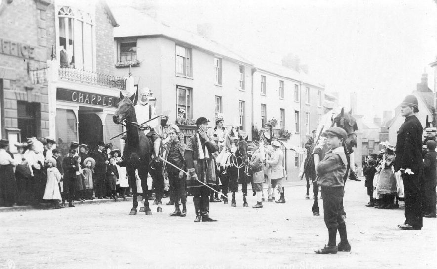 The Robin Hood procession in the High street at Shipston.  1910s |  IMAGE LOCATION: (Warwickshire County Record Office)