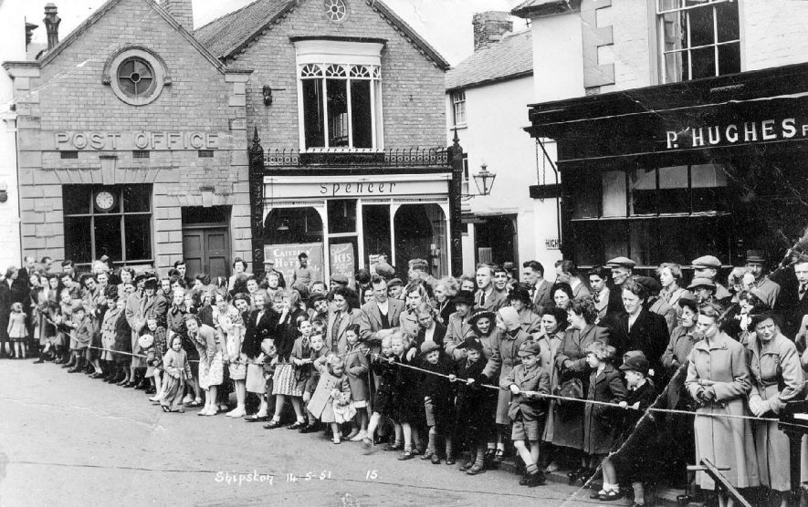Crowds awaiting May Day procession, Shipston on Stour.  1910s |  IMAGE LOCATION: (Warwickshire County Record Office)